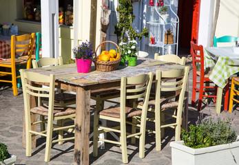 Sommer: Sommerlicher Tisch; Dekoration mit alten Möbeln