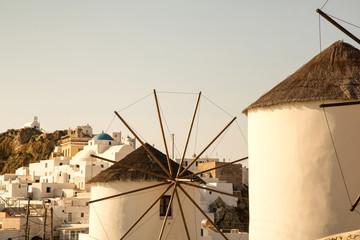 Windmühle bei Sonnenuntergang auf Serifos in Greece