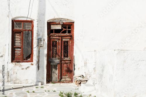 Altes Haus mit Holztüre - alt, verfallen und vintage Style - 67376829