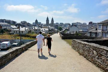 pareja caminando por la muralla de Lugo