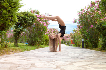 Красивая гимнастка на природе