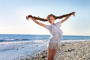 Девочка у моря с длинными косами