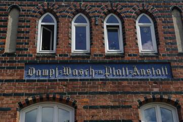 Alte Inschrift an einer Fassade in Wismar