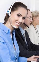 Lachende Telefonistin mit Headset in Bluse blau