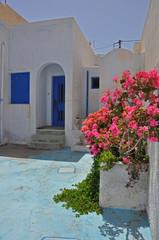 griechischer bungalow mit pinken blumen