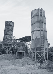 Concrete mixing tower