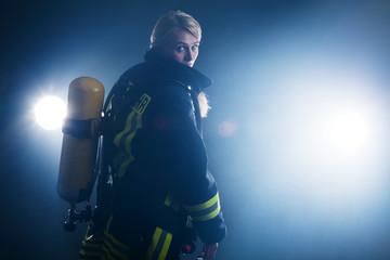 Feuerwehr Frau im Nebel
