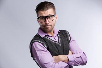 Junger Mann mit Brille und Puli