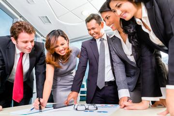 Internationales BusinessTeam bei Meeting