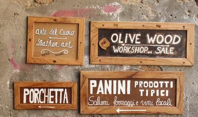 Cartelli con indicazioni di prodotti tipici e artigianato locale