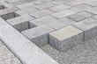Neu gelegtes Betonpflaster auf dem Gehweg - 67415204