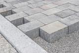 Neu gelegtes Betonpflaster auf dem Gehweg