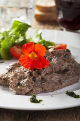 Gegrilltes Steak mit Kapuzinerkresse