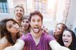 Leinwanddruck Bild - Selfie adolescenti si scattano foto in città
