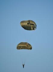 Paracadutisti in volo si toccano