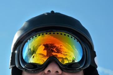 Skibrille spiegelt Berge im Winter