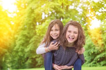 Zwei Mädchen unter Light Leaks im Park