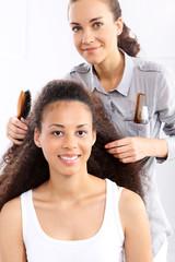 Afro  kobieta u fryzjera