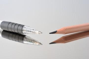 鏡の上に置いた鉛筆