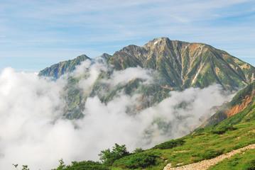 白雲湧く北アルプス「五竜岳」