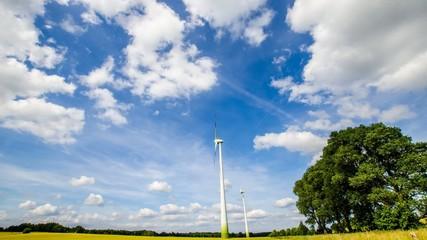 Zeitraffer - Windräder und ziehende Wolken