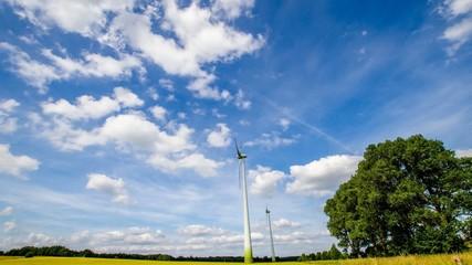 Timelap - Windräder und ziehende Wolken