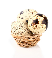 The qual's eggs in the wicker basket