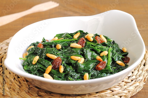 "Sauteed spinach with raisins and pine nuts"" Imagens e fotos de stock ..."