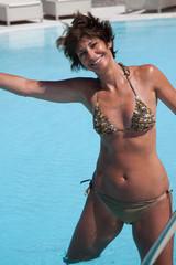Donna in piscina fa sport