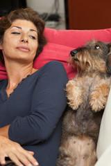 Cane e donna al risveglio sul divano