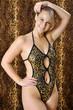 Frau im Body vor Leoparden-Fell