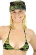 Weiblicher Soldat trägt Tarnflecken-BH