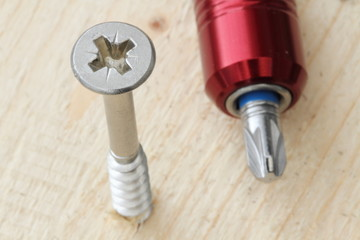 Kreuzschlitzschraube mit Schraubendreher