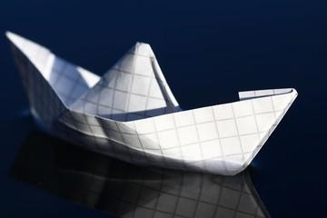 papierschiffchen auf dem wasser III
