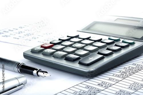 Leinwandbild Motiv Taschenrechner Füller auf Tabelle