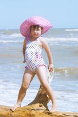 Девочка позирует на берегу моря