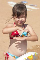 Девочка с божьими коровками на берегу моря