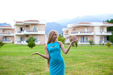 Молодая девушка выбирает недвижимость