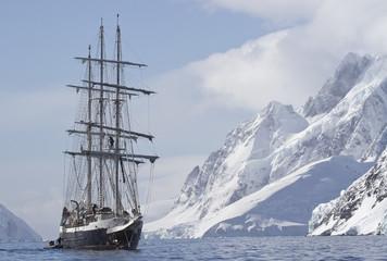 turystyczny statek żeglugi letni dzień na tle szczyt