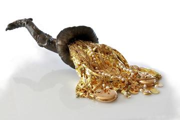 Füllhorn mit gold, goldschmuck, goldmünzen, edelsteine