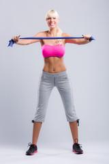 Sportlerin beim Training mit Latexband