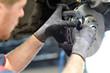 Leinwandbild Motiv KFZ Mechaniker repariert Bremsen am Auto