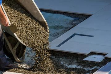 Arbeiten auf einer Baustelle mit Beton