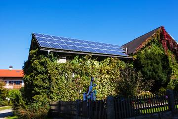 Solarzellen auf einem Wohnhaus