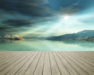 Holzsteg am Meer mit Sonnenstrahlen