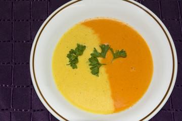 Suppe aus rotem und gelbem Paprika