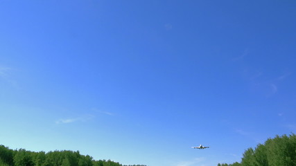 Airplane Flyover with engines roaring - Full HD