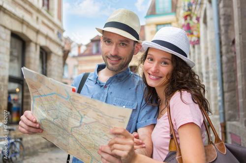 Para młodzi atrakcyjni turyści ogląda mapę