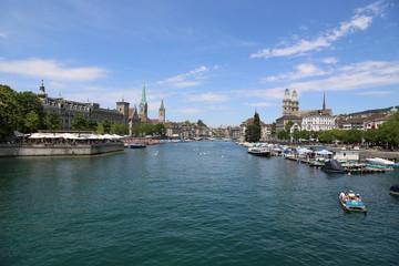 Blick vom Zürichsee auf die historische Altstadt von Zürich