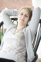 Mädchen relaxed auf dem Balkon